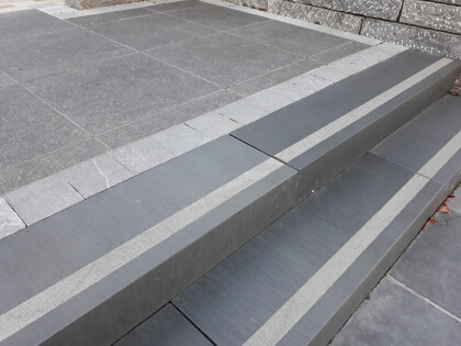 Traptreden Vietnamese basalt geschuurd met anti-slip 16x30x100cm 1