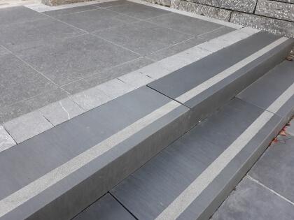 Traptreden Vietnamese basalt geschuurd met anti-slip 16x30x150 cm